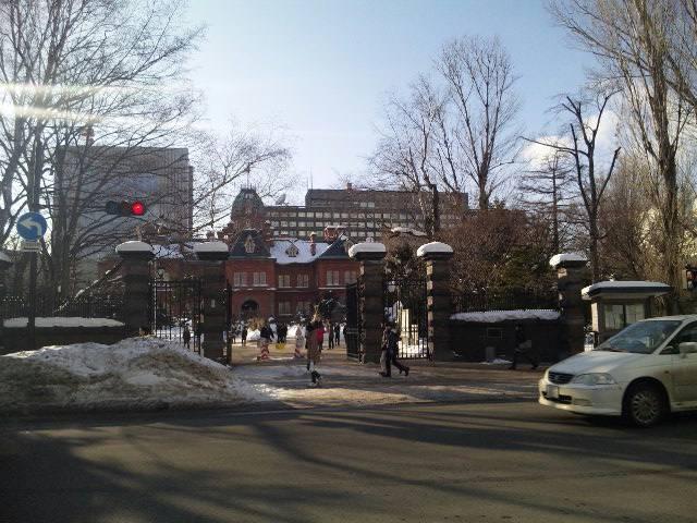 『旧』道庁正門前にて