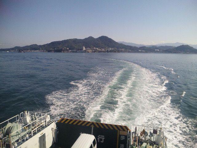 右に左に曲がる船