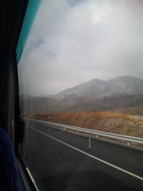 国境のトンネルを抜ける前から、雪国
